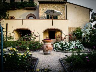 3 bedroom farmhouse in the picturesque Tuscan hills boasting private pool, terrace and garden, sleeps 6