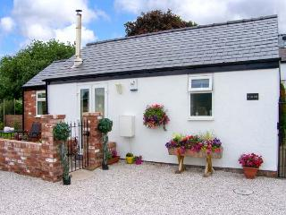 THE OLD STABLE, pet-friendly single-storey cottage, open plan, breakfast available, Penymyndd, Mold Ref 903969