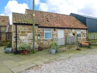 CLIFF COTTAGE, pet-friendly, character holiday cottage, with a garden in Great Ayton, Ref. 917835