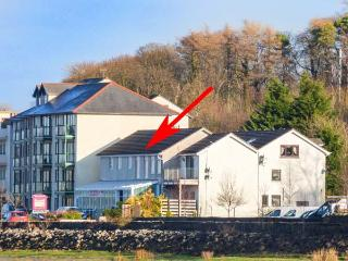 THE KINGFISHER APARTMENT, all first floor, en-suite, estuary views, in Sandside,