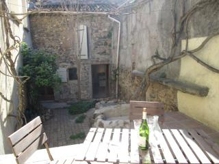 Quaint 1 Bed Village House with Courtyard Garden, Béziers