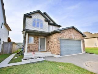 Fallsview Family Home- Third night free!, Niagara Falls
