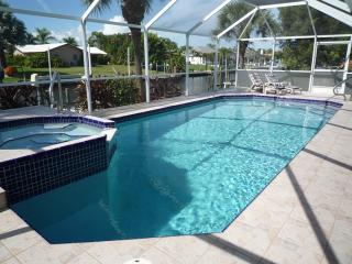 CHARMING VILLA TWINPALMS -ON WATER, SW CAPE CORAL, Cape Coral