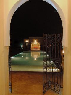 Vue sur piscine de nuit