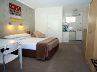 Bella Villa Motor Inn - Queen Room, Forster