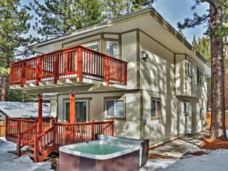 Stunningly Luxurious 3BR South Lake Tahoe Home w/Wifi, Private Hot Tub, Fenced Backyard & Beautiful Views - Minutes to World-Class Skiing at Heavenly, Casinos, Restaurants & More!