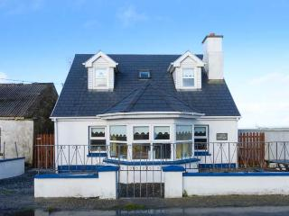 COZY COTTAGE, detached, open fire, near sea, close to amenities, parking, in Quilty, Ref 911696