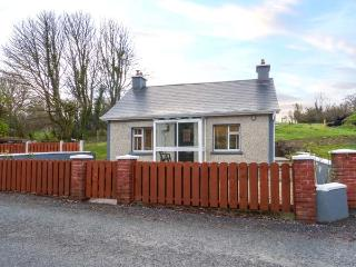 NORA'S COTTAGE, all ground floor, open fire, private patio and garden, Riverstown, Ref 929568