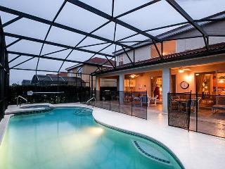 Spacious home w/ a pool & hot tub, close to theme parks - Snowbirds welcome!