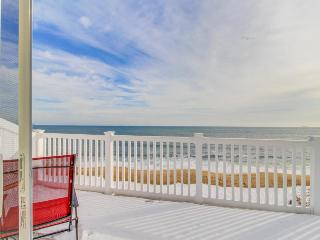 Beachfront penthouse w/ two balconies, blocks from the pier!, Old Orchard Beach