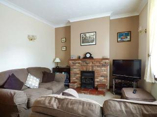 5 MELINDA COTTAGES, mid-terrace, enclosed garden, pet-friendly, WiFi, near Cromer, Ref 925153