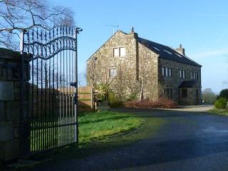 WOODFIELD FARM, en-suites, WiFi, hot tub, woodburning stove, games room in Ribch