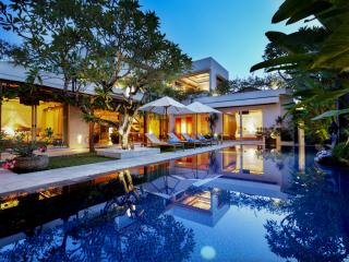 SLEEPS 16+, LUXURY JIMBARAN VILLA BY THE BEACH!