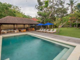 Rumah Kayu Beautiful 4 Bedroom Beachfront Villa