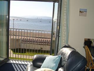 Seafront flat..idyllic sea view..yards from beach