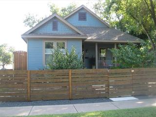 East 2nd Main House - 2br/2ba renovated charmer - WALK to downtown!, Austin
