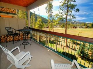 Pines Condominiums 2143 - Remodeled kitchen, spacious accommodations, golf course views!, Keystone
