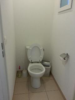 Notre WC est indépendant, séparé de la salle de bain.