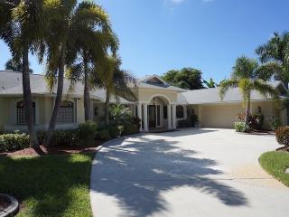 Casa Libra - Cape Coral 3b/2.5ba luxury home w/electric heated pool, gulf access canal, HSW Internet, Boat Dock w/Tiki Hut