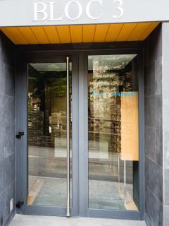 Entrada edificio La Solana del Tarter Bloque 3