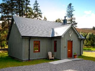 CORNDAVON COTTAGE, single-storey lodge with multi-fuel stove, hot tub, fishing, countryside near Ballater Ref 933056
