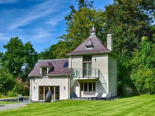 THE WATER TOWER, luxury accommodation, underfloor heating, balcony, surrounded by woodland, close to the beach, Beaumaris, Ref 932425