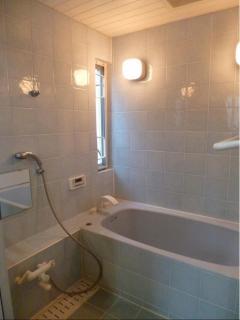 2F: Custom tiled bath.