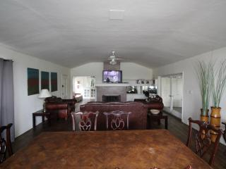 Hollywood Charming 2BR/2BA Home with Sun room, Los Angeles