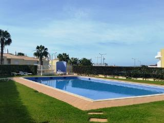 Beautiful 4 bed townhouse with communal pool wi-fi & english TV, Guia