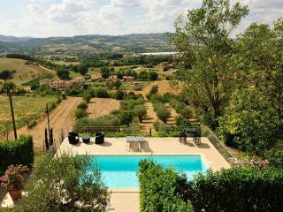 piscine en suspension avec vue sur la vallée, Nocera Umbra