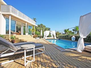 Engañosa moderna casa de estilo ibicenco con piscina, Talamanca