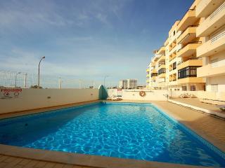 Golfinho - pool & 75 meters from the beach, Quarteira