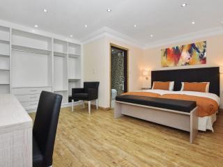 Three Bedroom Apartment (2 ensuite rooms), London