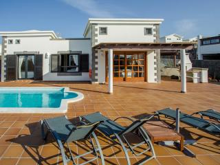 Beautiful villa with private pool and hot tub, Playa Blanca