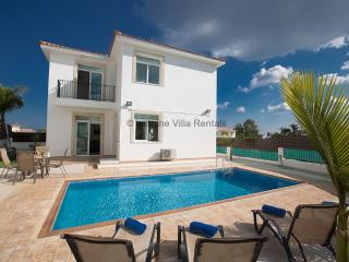 Villa Halle, 300m from the beach with private pool