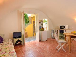 Aria di Rodi - Studio in medieval garden