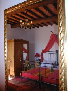 Schlafzimmer mit romantischem Himmelbett - Bed room with romantic, antic iron bed