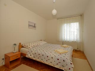 Near the lakes and the bus stop apartment Zorica