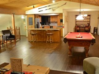 1 mile from skiing: pool table, spa, Wifi for 16, Big Bear Lake