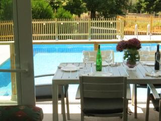 Vistas de la terraza de la piscina desde el salón, en A Casa NovA