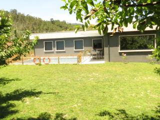 Fachada vista desde el jardín, en A Casa NovA