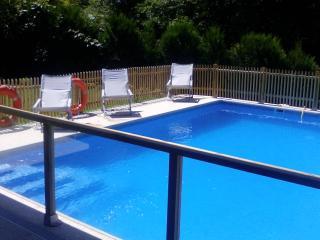 Terraza de la piscina y Tumbonas 2016, en A Casa NovA