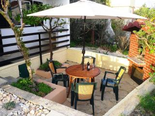 Charming Mediterranean cottage with garden and BBQ, just 150m from beach, Rogoznica