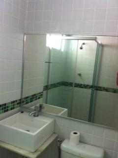 Banheiro fora do quarto, o chuveiro não é elétrico