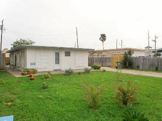 Quirky beach home 1/2 block from beach w/ rooftop patio!, Port Isabel