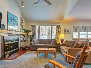 Dog-friendly townhome with a resort hot tub, pool & sauna - close to skiing!, Killington