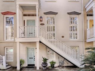 Historic townhouse w/shared courtyard near Forsyth Park!