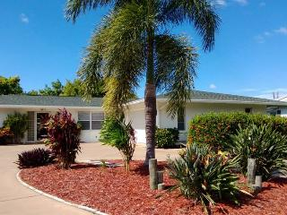 Quiet, clean and comfortable tropical pool home in Gulf Gate near Siesta Beach.