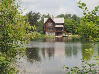 Beautiful Home, Private Lake! 30 min retreat from, Oconomowoc