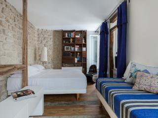 One Fine Stay - Rue Tholozé apartment, Parijs